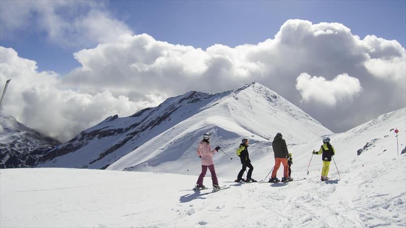 Varios esquiadores en la estación de Cerler. - aramon